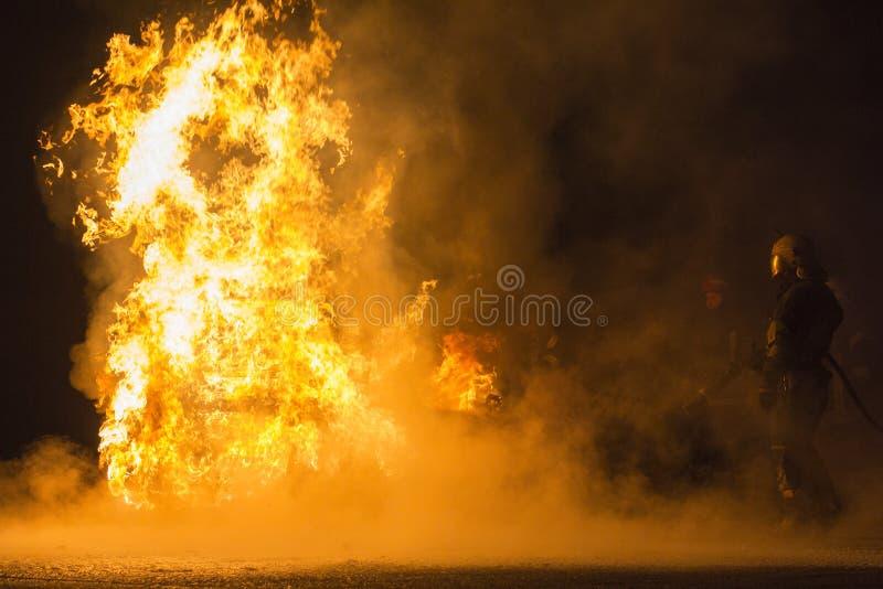 burning bilväg arkivbilder