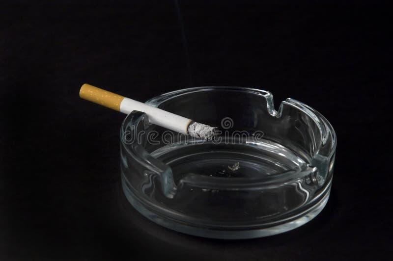 burning cigarett arkivbilder