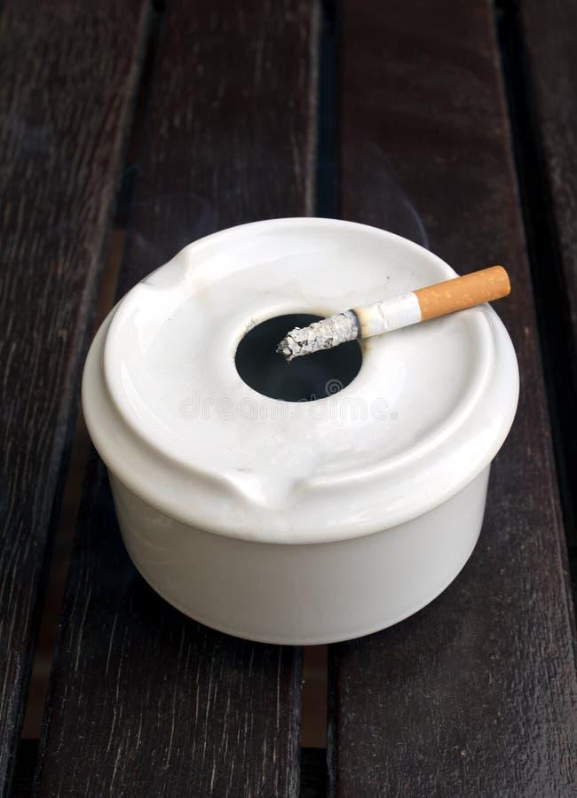 burning cigarett royaltyfri foto