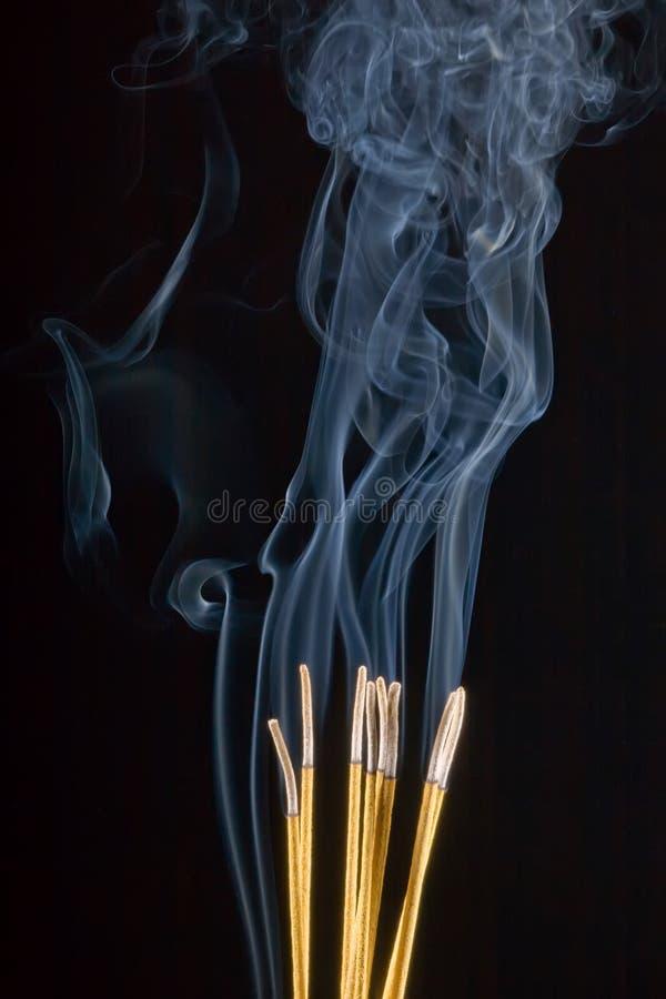 Burning d'encens de cérémonie photos stock