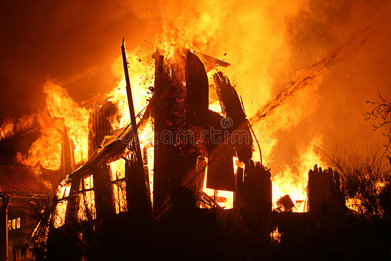 Burning da casa imagem de stock royalty free