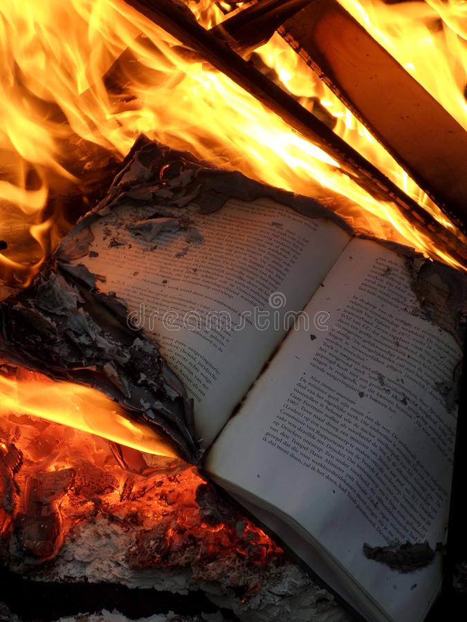 Burning de livre photo stock