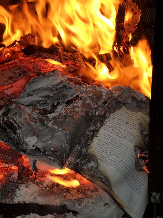 Burning de livre photos stock