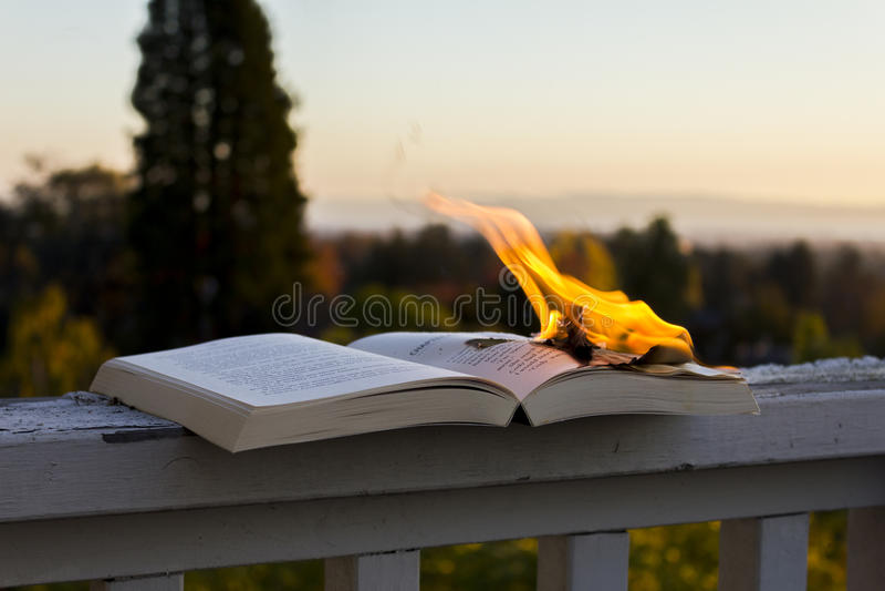 Burning de livro fotos de stock royalty free