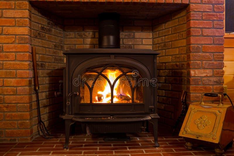 Burning de madeira do fogo do fogão foto de stock royalty free