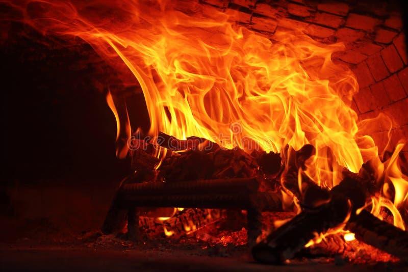 Burning de madera del fuego en el horno fotografía de archivo libre de regalías