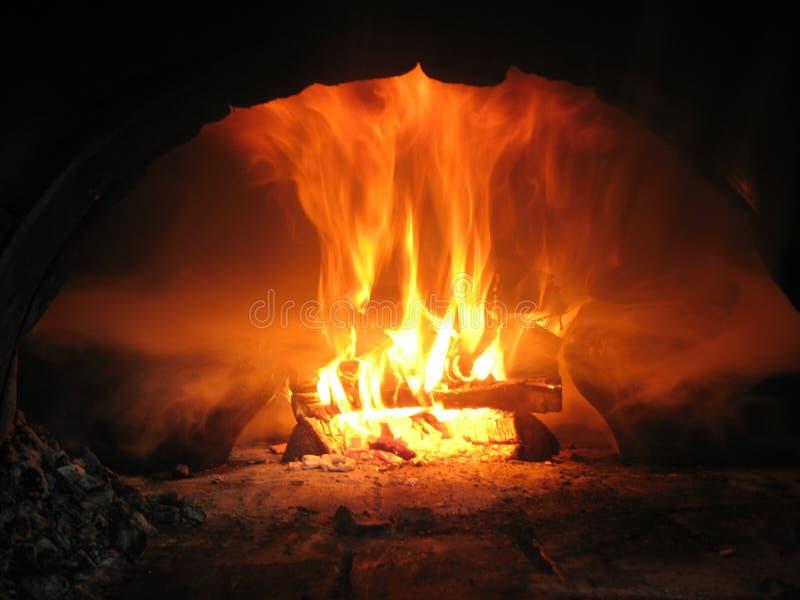 Burning de madera del fuego en el horno imagen de archivo libre de regalías