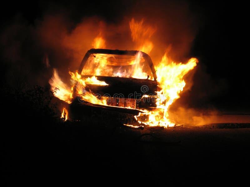 Burning do carro, nightshot foto de stock