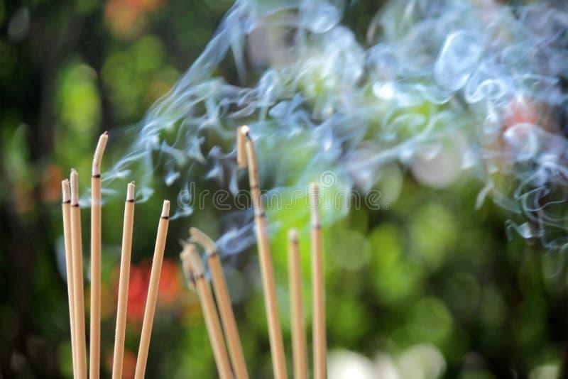Burning et fumée d'encens photographie stock libre de droits