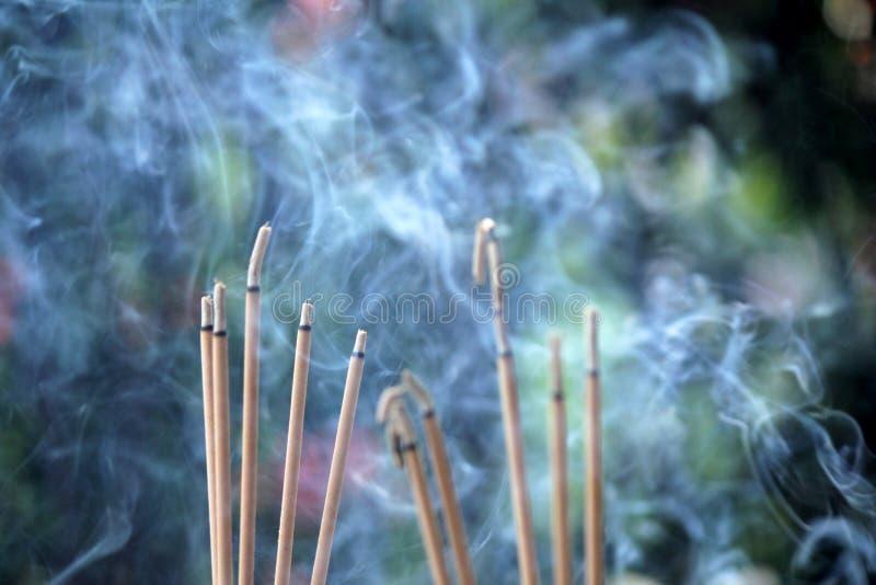 Burning et fumée d'encens images libres de droits