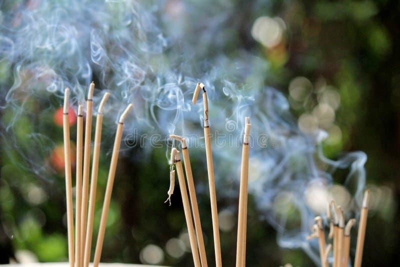 Burning et fumée d'encens photographie stock