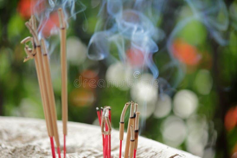 Burning et fumée d'encens photos libres de droits