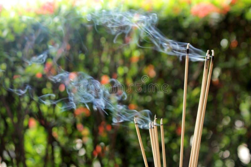 Burning et fumée d'encens image stock