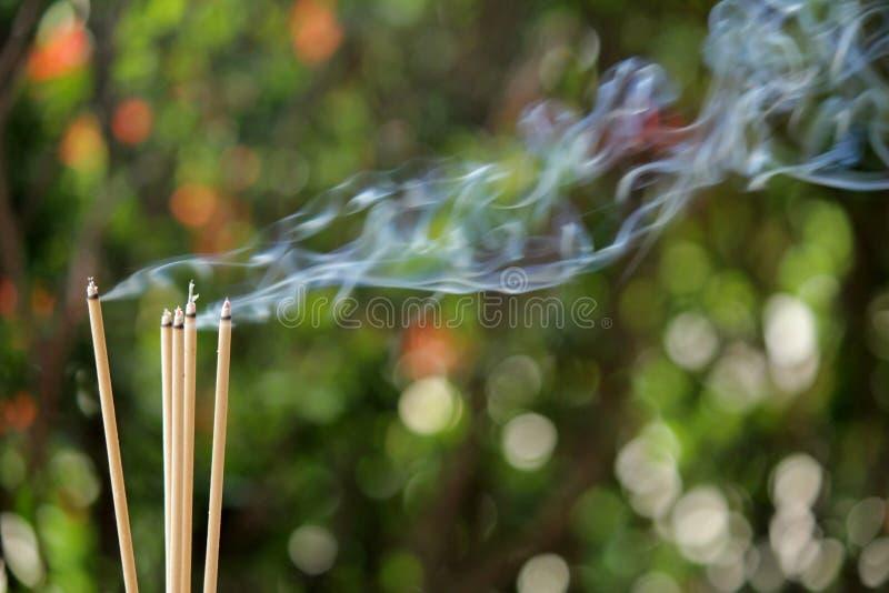 Burning et fumée d'encens images stock