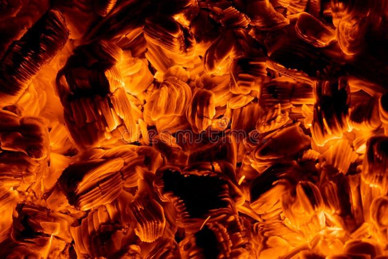 Burning glödar i darken arkivbilder