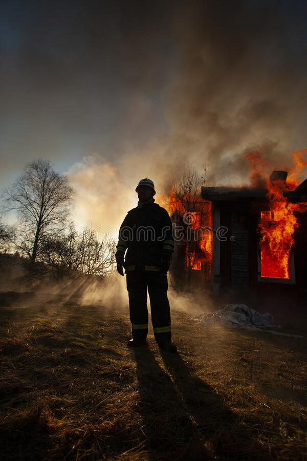 Free Burning House And Fire Fighters Stock Photography - 173321602