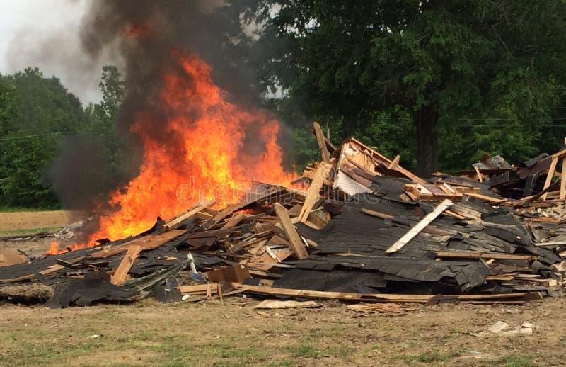 burning hus arkivfoton