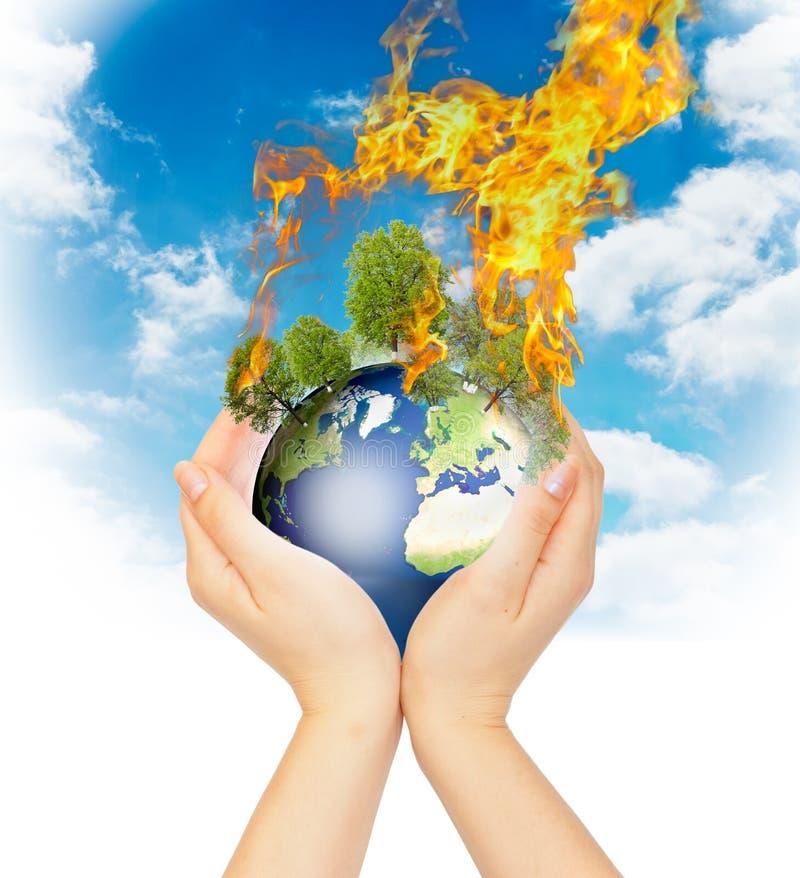 burning jord hands den womanish holdingen arkivbild