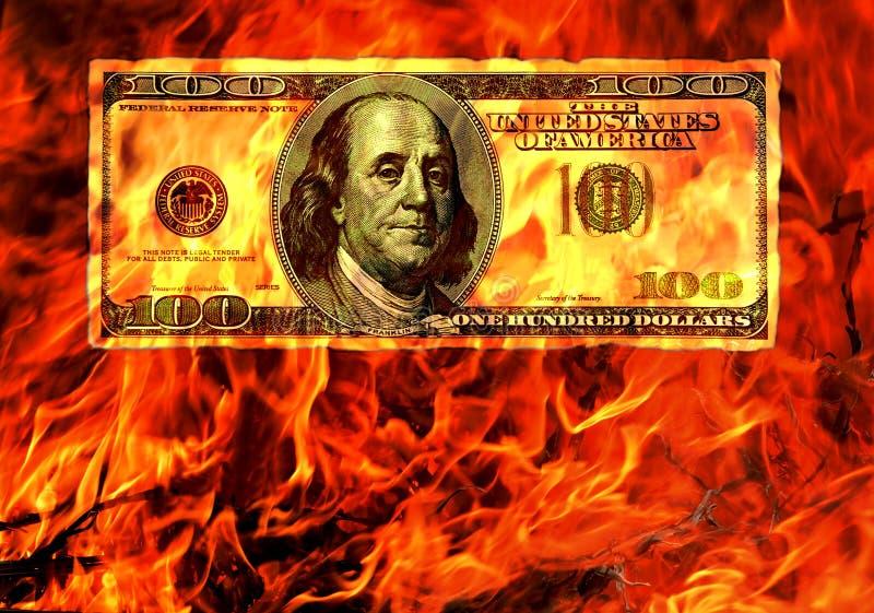 Burning pengar i flamma av brand. Begreppsmässigt. arkivbilder