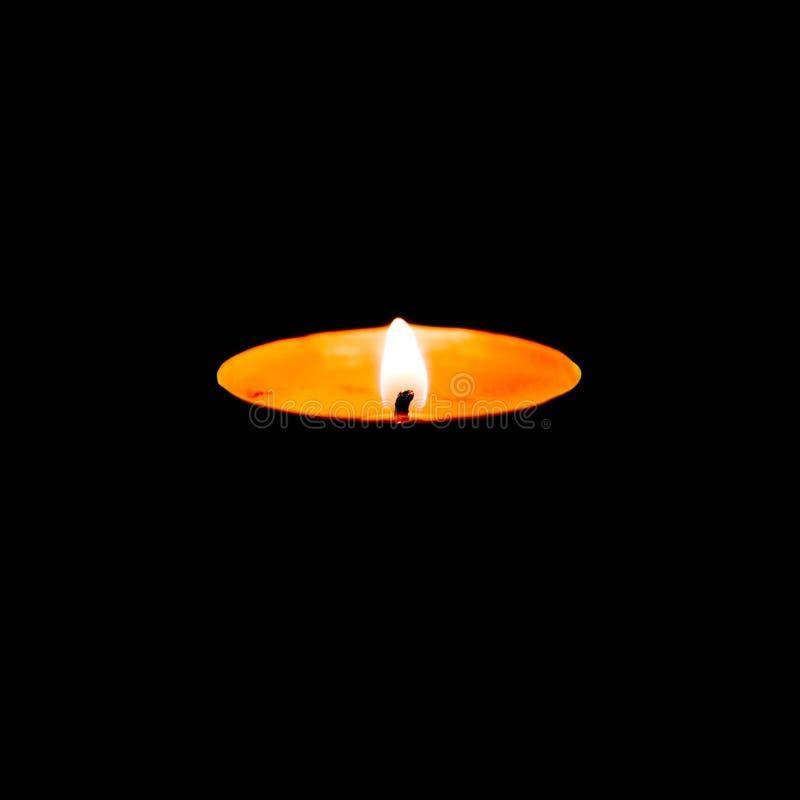 burning stearinljus close upp Isolerat på svart bakgrund royaltyfri bild