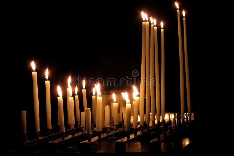 burning stearinljus kyrktar mörk klosterbroder royaltyfri bild