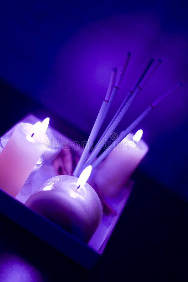 burning stearinljus rökelse arkivfoton