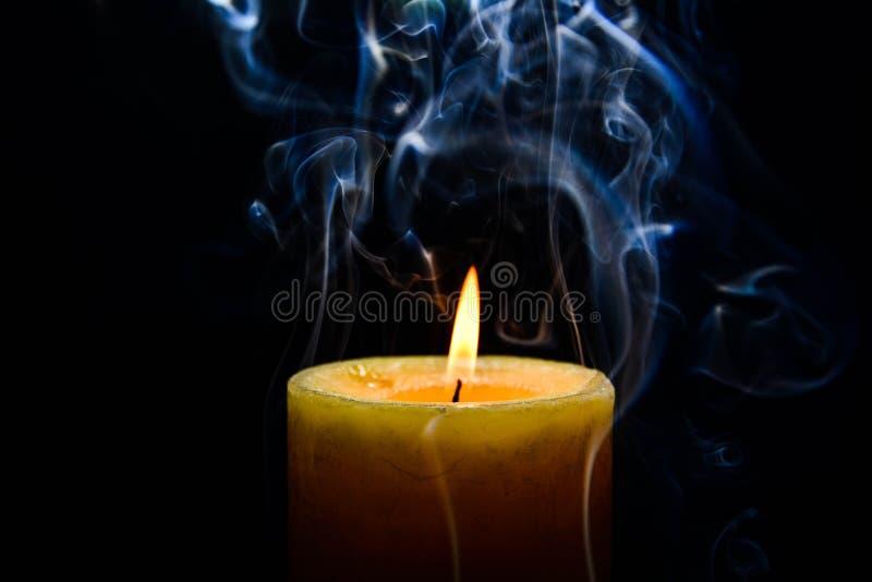 burning stearinljusyellow arkivbilder