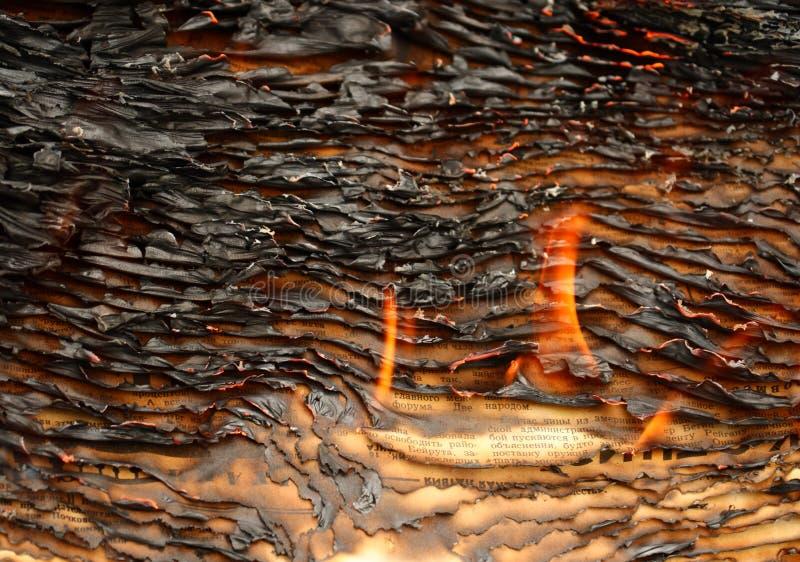 burning tidningar arkivbilder