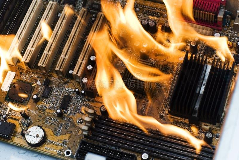 burninging dator arkivbild