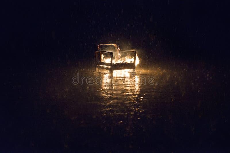 Burnning der Regen Feuer im Regen stockfotografie