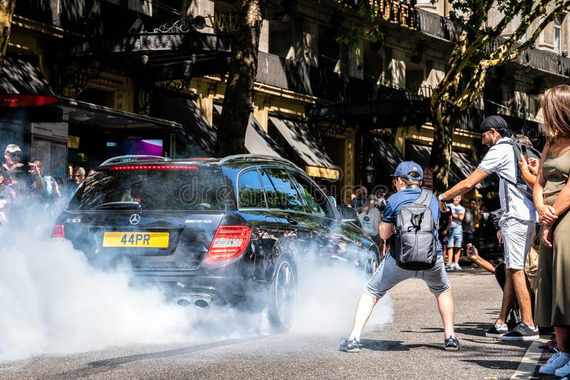 Burnout di Mercedes AMG C63 all'evento di Gumball fotografia stock
