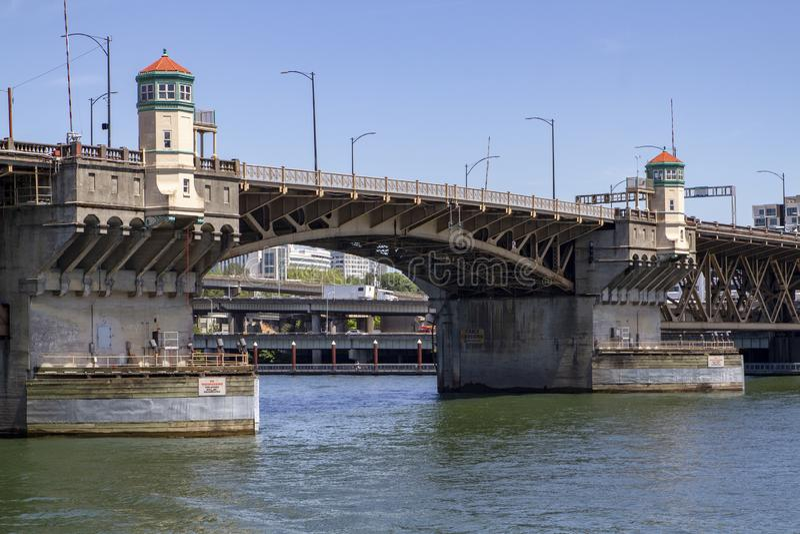 Burnside bro över den Willamette floden i Portland Oregon på en solig dag med blåa himlar royaltyfri fotografi