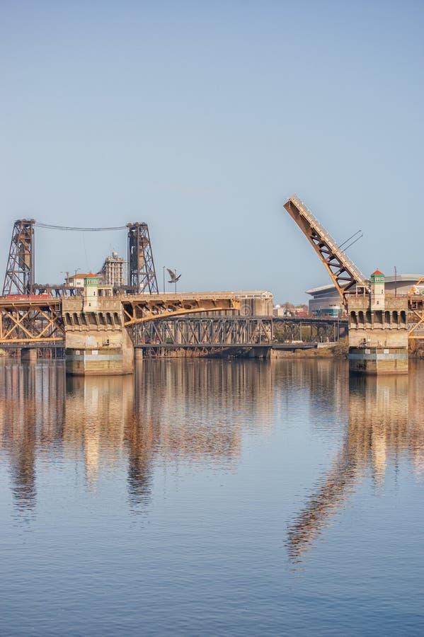 Burnside bro som korsar den Willamette floden, Portland, Oregon arkivbild