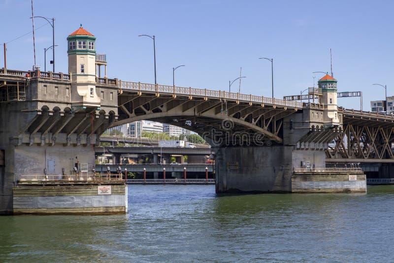 Burnsidebrug over Willamette-Rivier in Portland Oregon op een zonnige dag met blauwe hemel royalty-vrije stock fotografie