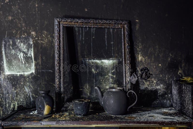 Burnt izbowy wnętrze Burnt wciąż życie Przypalająca ściana, obrazek rama, garnek z pali wzrastał w czarnej sadzy obraz royalty free