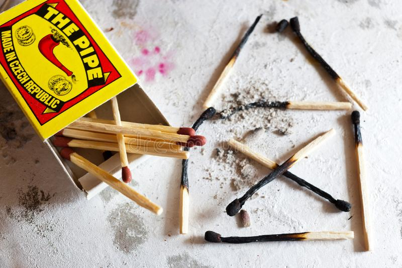burnt out rodzina dom po tym jak ogień robić używać dopasowania ochrony pojęcie - zbawczy najpierw - obraz stock