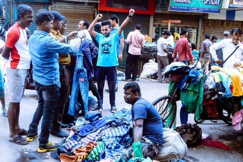 Burrabazar Kolkata, Indien MAJ, 2017: En säljare säljer färgrika torkdukar i gatamarknaden Burrabazar Bara Bazaar är arkivbild