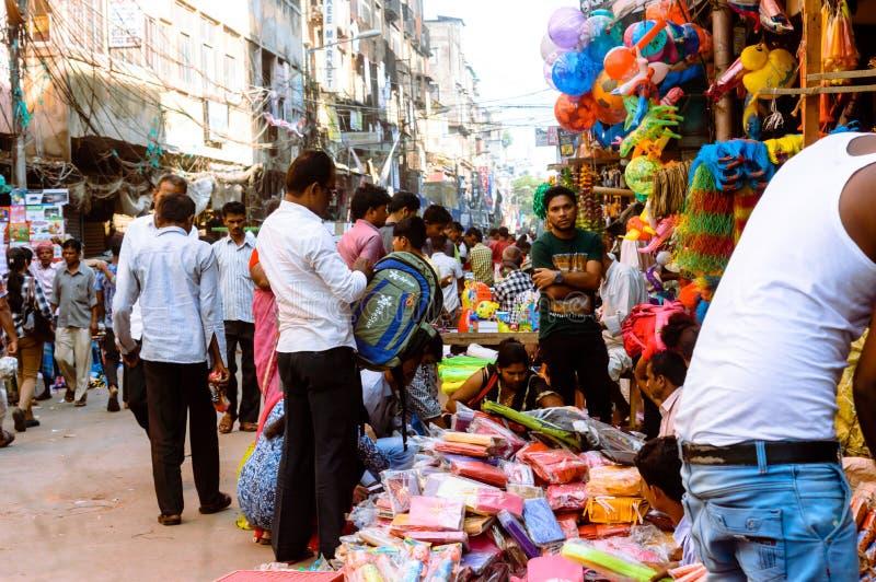 Burrabazar Kolkata, Indien MAJ, 2017: En säljare säljer plast- objekt i gatamarknaden Burrabazar Bara Bazaar är royaltyfria foton