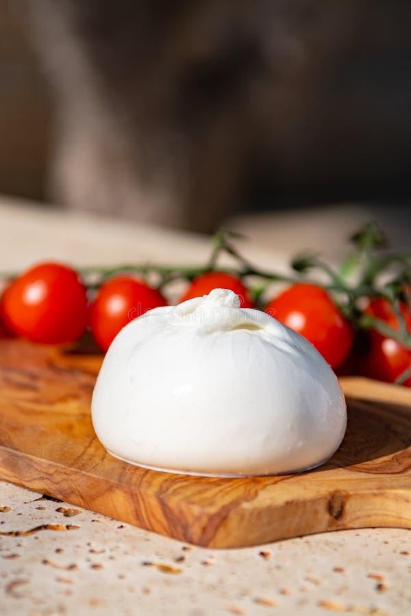 Burrata branco macio fresco, queijo amanteigado, feito de uma mistura de moz fotografia de stock royalty free