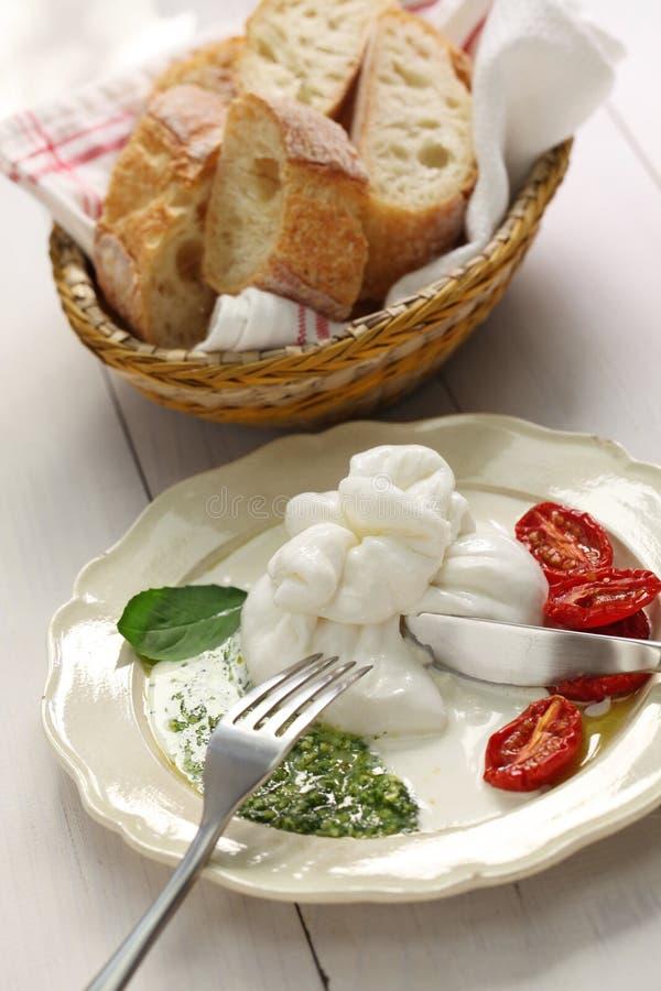 Burrata, verse Italiaanse kaas stock afbeeldingen