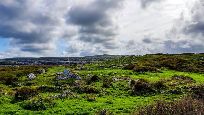 Burren的美丽的景色与绿草的与石灰石岩石山在背景中 库存照片