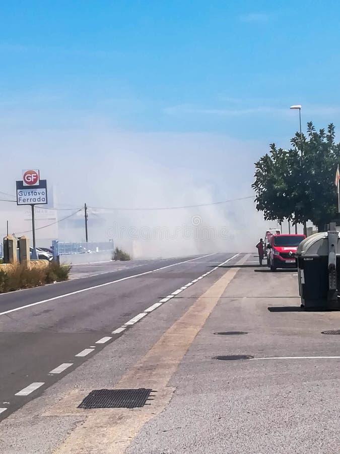 Burriana, Ισπανία 08/21/18: Δρόμος που κόβεται από το σύννεφο καπνού στοκ εικόνες