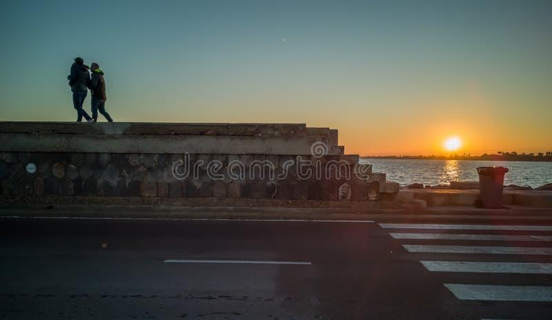 Burriana, Spanien 12/06/18: Familie, die auf Wellenbrecher schlendert stockfotografie