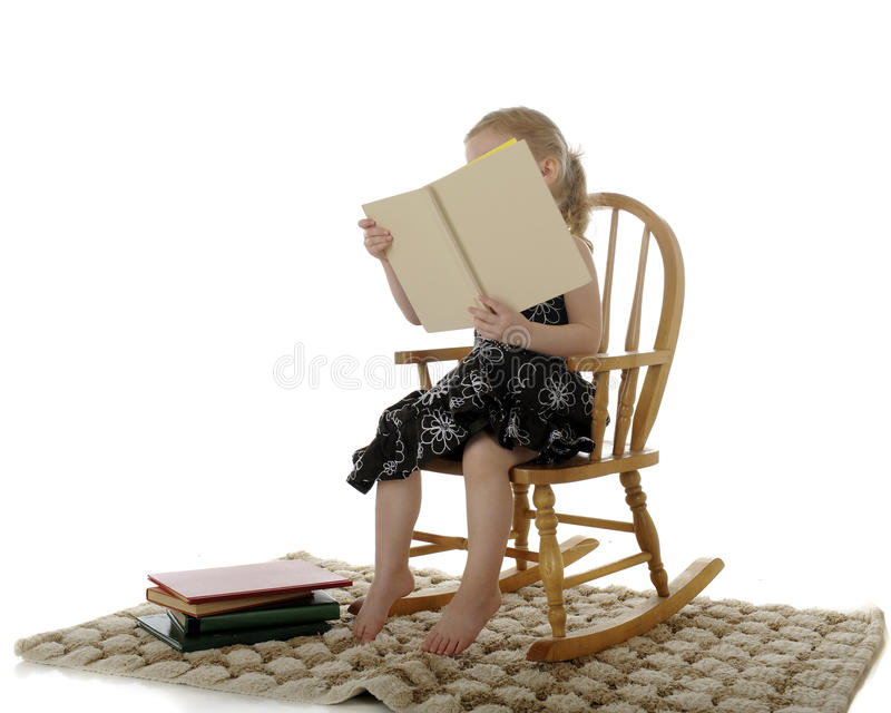 Burried in ihrem Buch stockbilder