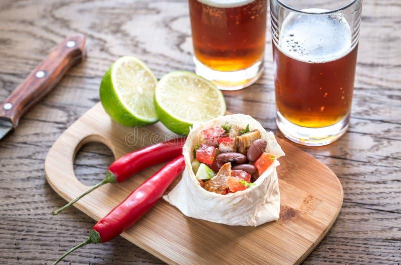 Burrito κοτόπουλου με τα ποτήρια της μπύρας στοκ φωτογραφία με δικαίωμα ελεύθερης χρήσης