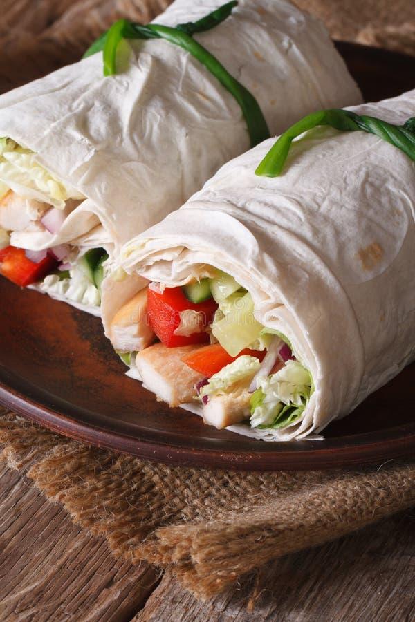 Burrito avec le plan rapproché de poulet et de légumes d'un plat vertical images libres de droits
