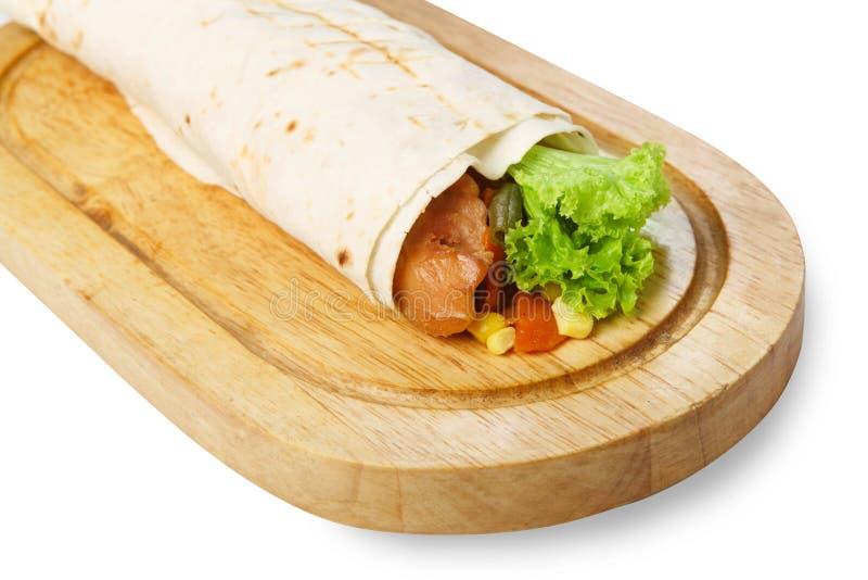 Burrito avec le poulet et les légumes au bureau en bois photos stock