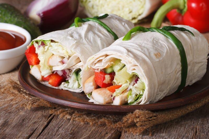 Burrito avec le poulet et les légumes horizontaux photo stock