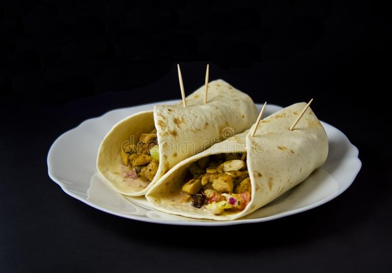 Burrito Casa-feito com a galinha e os vegetais isolados no preto fotografia de stock