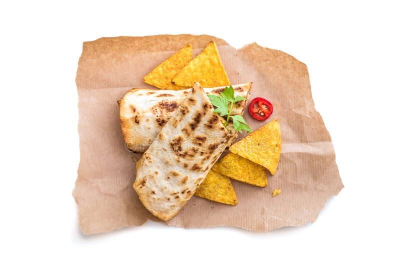 Burrito com as microplaquetas no pergaminho foto de stock royalty free